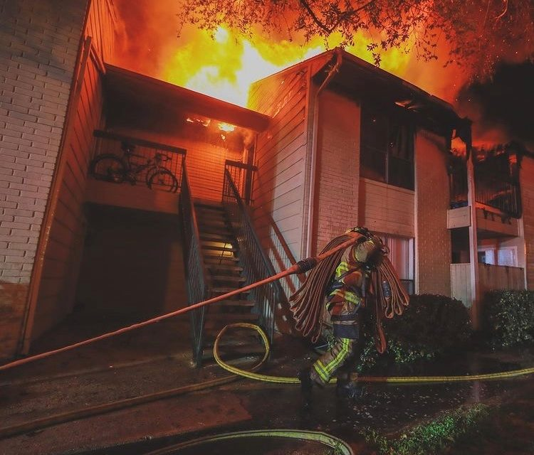 TWO-ALARM FIRE DISPLACES DOZENS OF RESIDENTS IN HOUSTON (TX)