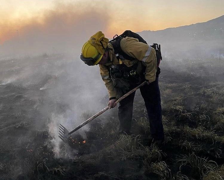 SAN RAFAEL (CA) FIREFIGHTERS TACKLE VEGETATION BLAZE